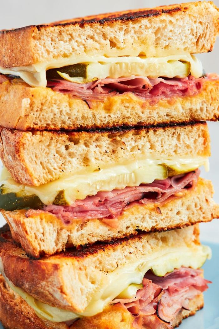 bocadillo con jamón y queso y pepinos, las mejores ideas de meriendas y desayunos ricos,ideas para un brunch