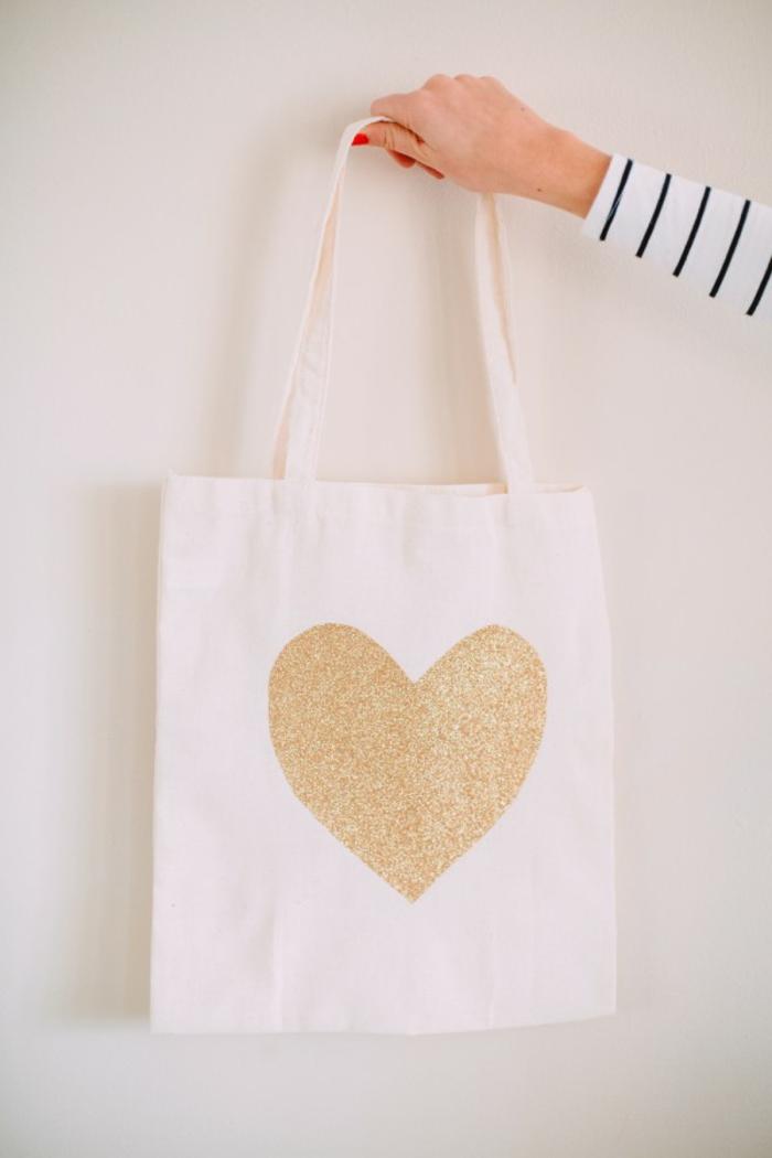 tote bag tela con bonito estampado, ideas de manualidades DIY para regalar, fotos de detalles hechos a mano bonitos