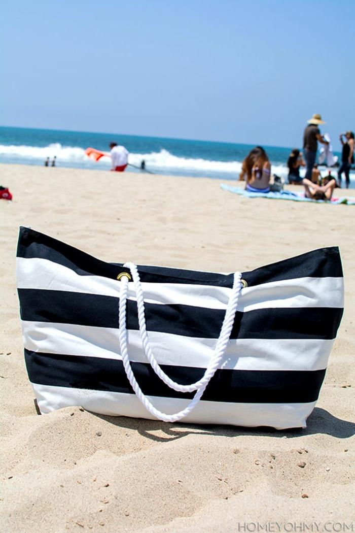 bolsa de playa grande hecha a mano, tela en rayas blanco y negro, fotos de bolsas DIY para hacer en casa paso a paso