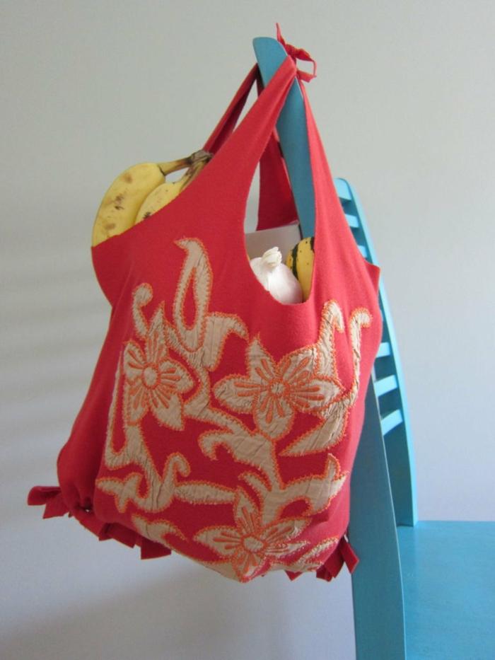 bolsa de tela con estampado de flores, las mejores ideas de bolsos y bolsas DIY para regalar a tus amigos, como hacer un bolso