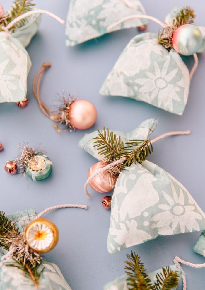 mini bolsas de tela reciclada para regalar en navidad, fotos de manualidades con tela originales, ideas sobre como hacer regalos DIY