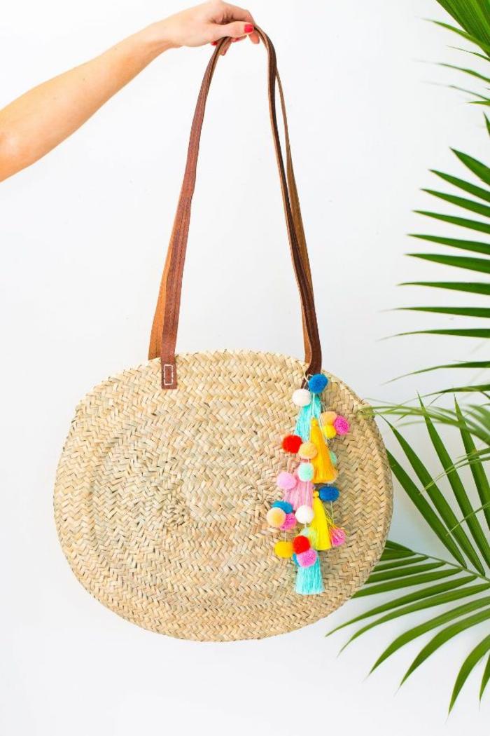 precioso bolso de mimbre decorado a mano con borlas coloridas, ideas de regalos DIY para tu mejor amiga en fotos