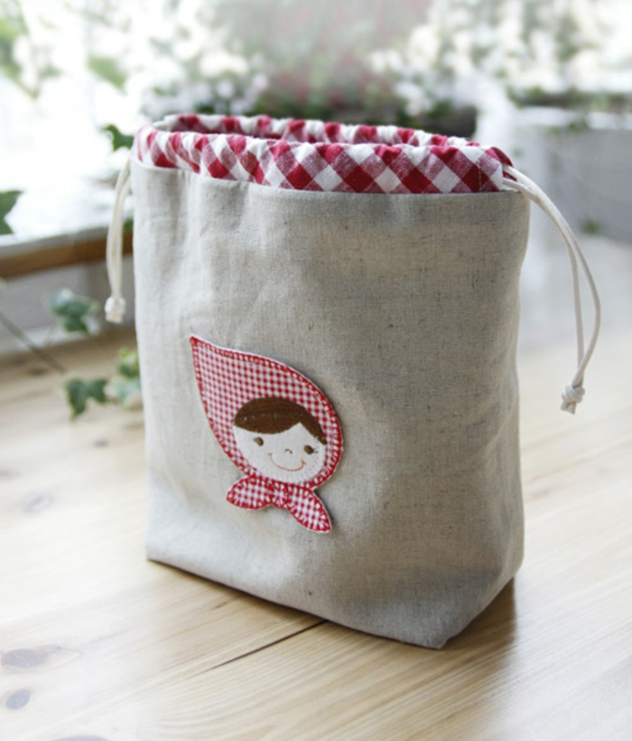 bolsa de tela reutilizable con bonita decoracion, ideas de manualidades con recicljae originales y faciles de hacer