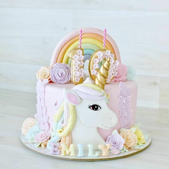 pastel decorado para un cumpleaños infantil, tarta en colores pastel, velas decorativas, tarta con unicornio super original