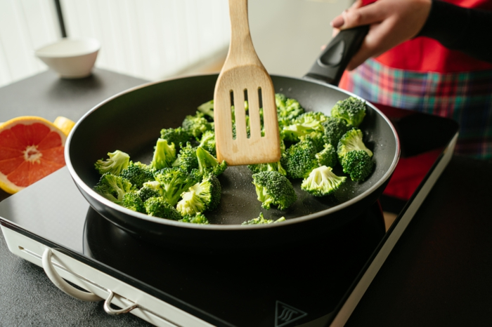 cocinar el brocoli en una sarten, ideas de recetas saludables y fáciles con tofu, fotos de recetas veganas paso a paso