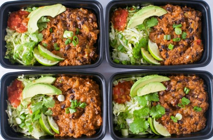 ideas de comidas vegetarianas y veganas, judías negras con tomates, verduras, aguacate, originales ideas para almorzar