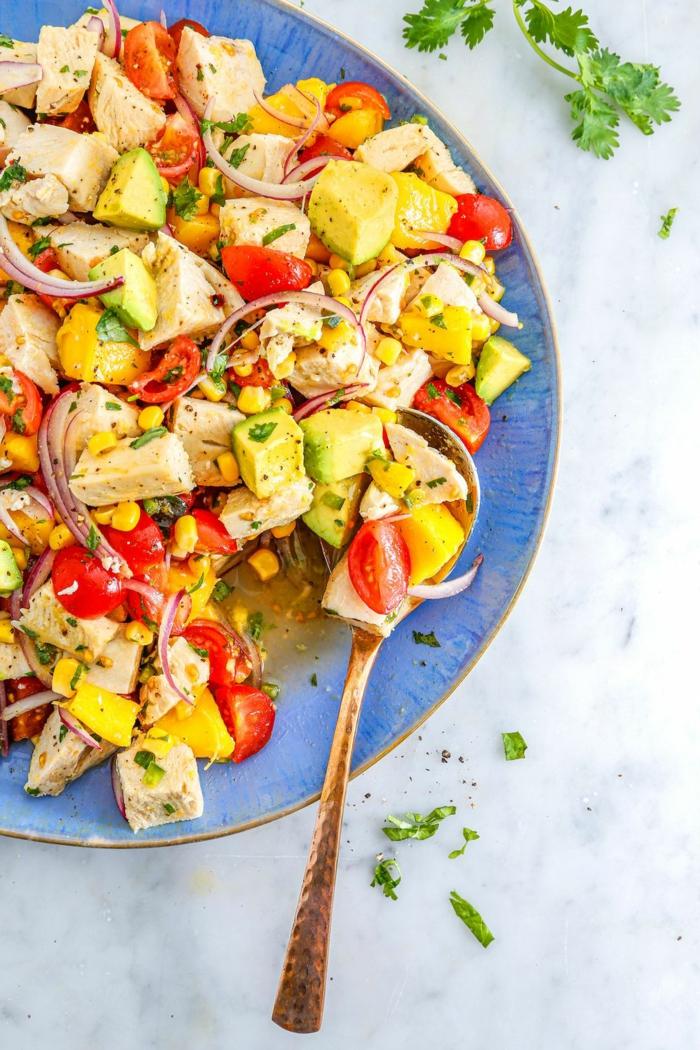 ensalada con pollo, aguacate, mango, cebolla roja y verduras, comidas con proteinas nutritivas y saludables en fotos