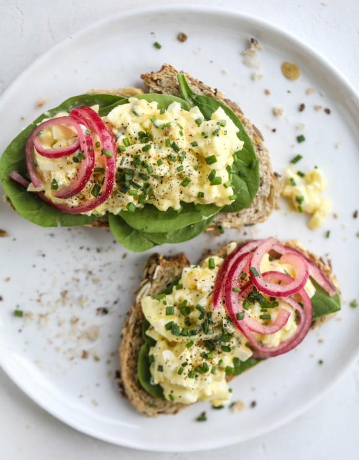 ricas ideas de comidas con proteinas para desayunar y merendar, tostadas con lechuga, huevos revueltos y cebolla roja