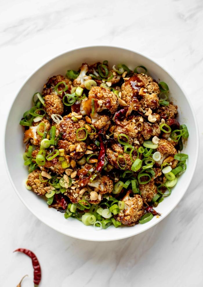 originales ideas de comidas con proteinas sin carne, ensalada con coliflor empanado, platos saludables veganos