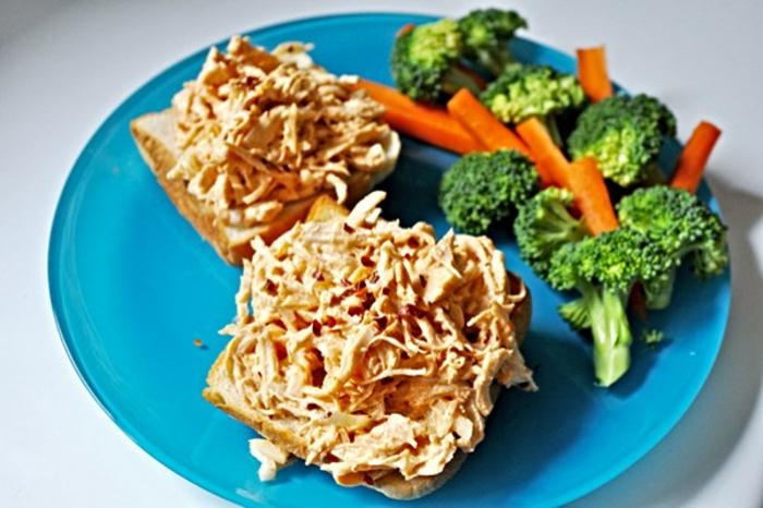 tostadas con atún y vegetales hervidos, comidas con proteinas ricas, fotos con ideas de desayunos nutritivos y sanos