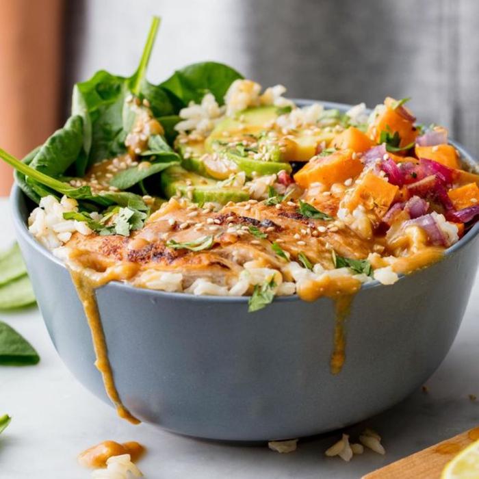 bol con pollo, batatas, aguacate, espinacas, arroz blanco, cebolla roja y aderezo especial, fotos de comidas faciles de hacer