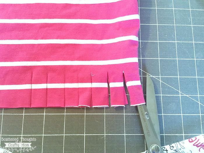 ideas de manualidades para adultos en imagenes, como cortar una blusa para convertirla en un bolso para ir de compras