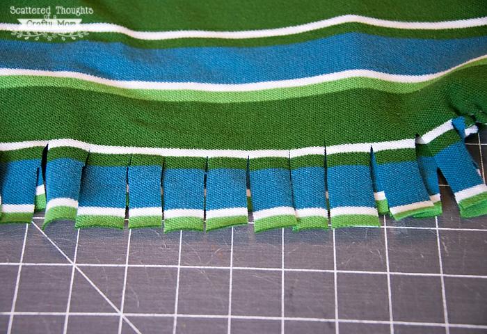 manualidades para adultos fáciles y rápidas, fotos de manualidades DIY, cortar una blusa para hacer bolso con borlas