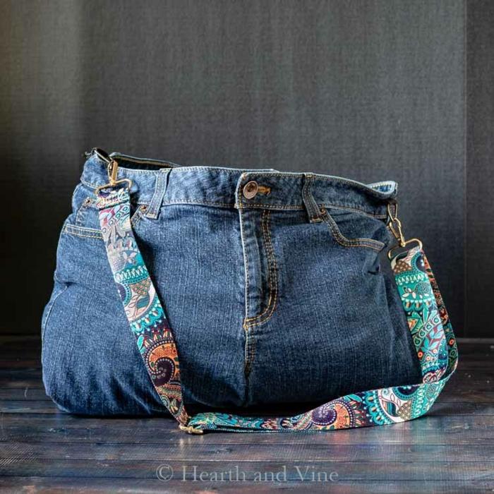 bolso moderno hecho de tela de vaqueros, bolsos de tela reutilizables , originales ideas sobre como hacer manualidades con reciclaje