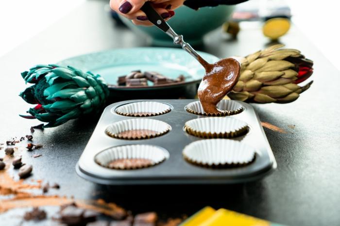 añadir la mezcla en moldes de magdalenas, fotos con ideas de recetas rapidas y faciles, como hacer madalenas de chocolate