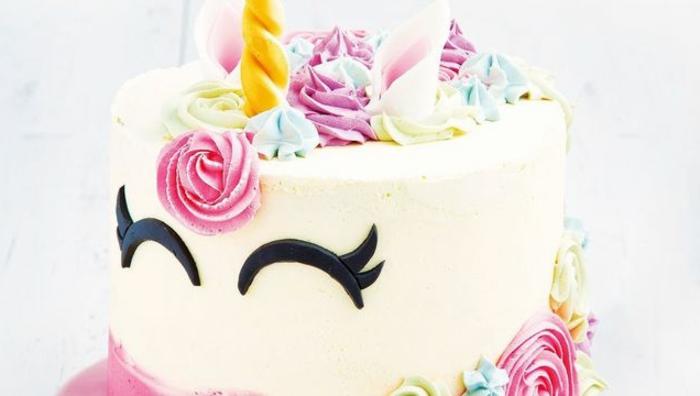 tarta cumpleaños blanca decorada con crema espesa en diferentes colores, las mejores ideas de tartas con unicornio