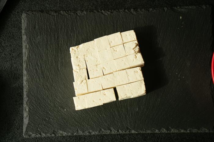 tofu cortado en pequeños trozos, ideas de recetas caseras rapidas y faciles, como marinar tofu, tofu con arroz para preparar en casa