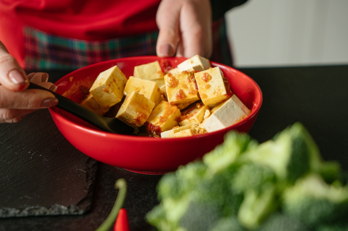bol con salsa casera, trozos de tofu, ideas de recetas saludables y cenas ligeras, comidas faciles de preparar en casa