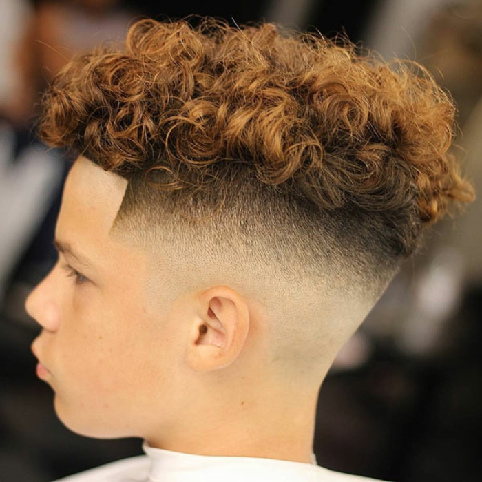 corte de pelo pompadeur con rizos y partes laterales rapadas, originales ideas de cortes de pelo y peinados modernos hombre