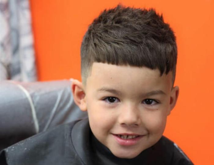 simpaticas ideas de cortes de pelo niños pequeños, fotos de cortes de pelo modernos con flecos asimetricos