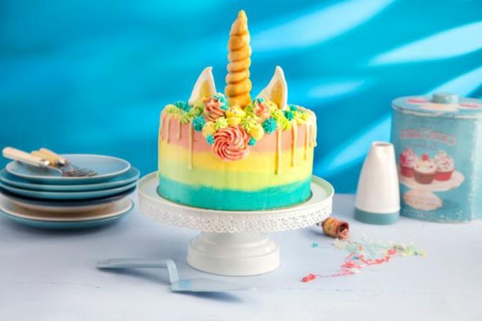 tarta de chocolate blanco, cremas en diferentes colores pasteles, tartas originales y fáciles de preparar en casa en fotos
