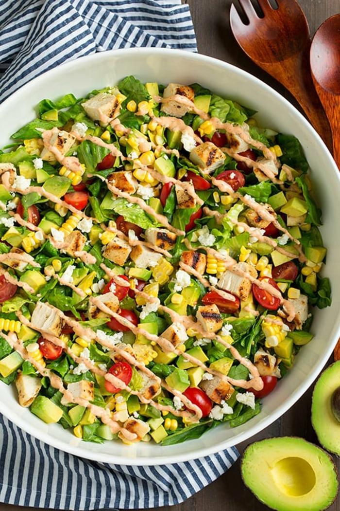ensalada con aguacate, verduras, pollo, aderezo, comidas que no engordan para un menu saludable y equilibrado
