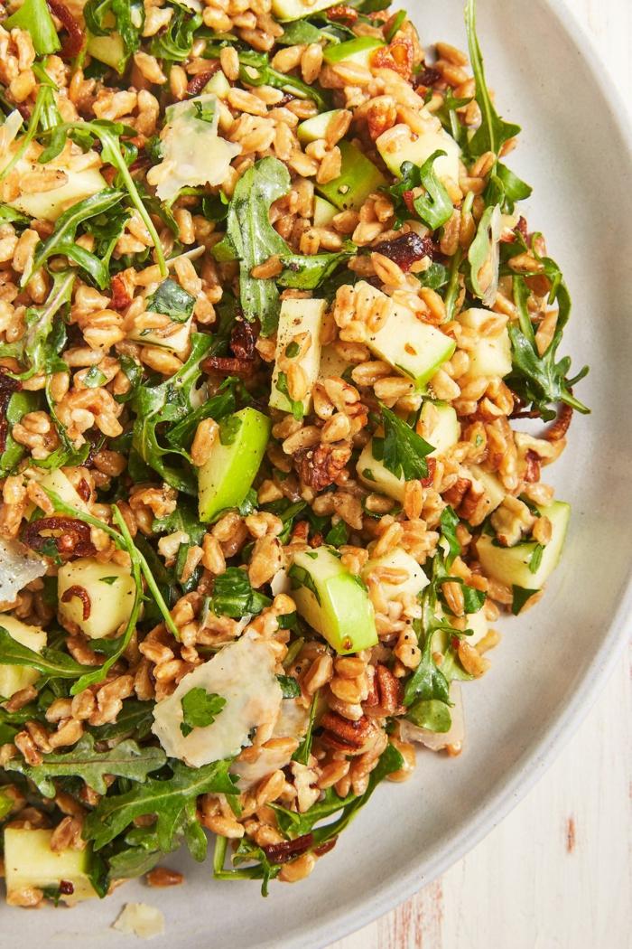 comidas sanas y ricas que comer para adelgazar, ensalada con trigo, manzana y aguacate, fotos de ensaladas saludables