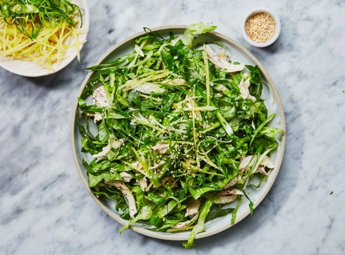 ensalada con verduras, pollo y semillas de sésamo, comidas sanas y ricas que comer para adelgazar, fotos de ensaladas
