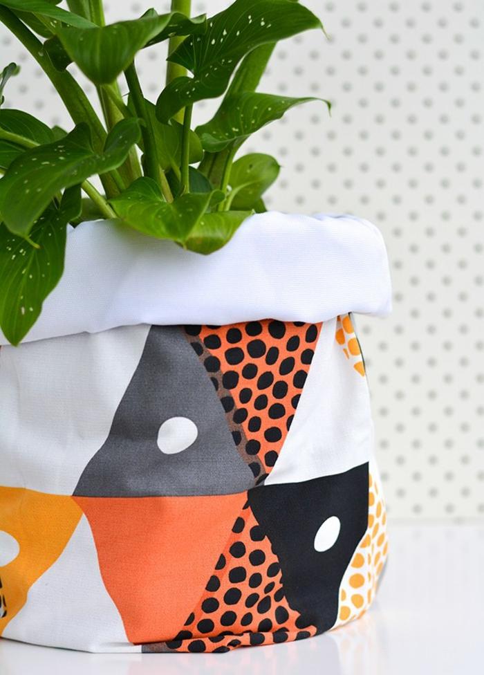 bolsos coloridos de trozos de tela, originales ideas sobre como reutilizar los trozos de tela que tienes en tu casa