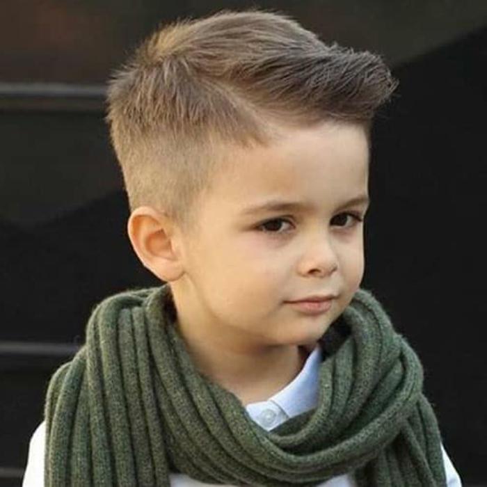 fantasticas ideas de cortes de pelo que daran un toque moderno a tu pequeño, peinados con flequillo texturizado