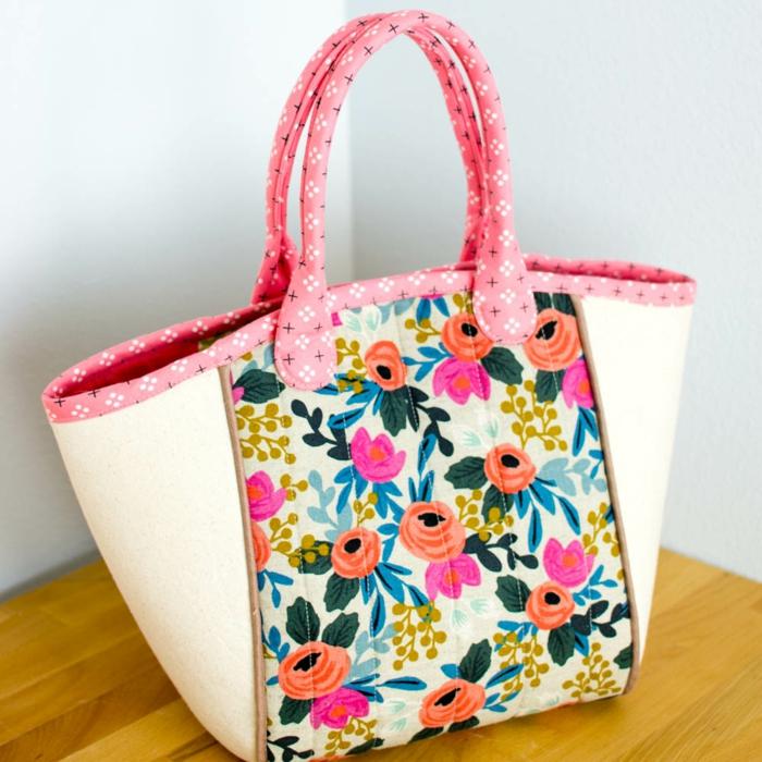 coloridas ideas de como hacer un bolso de mano DIY, bolso beige con trozos de tela estampada con flores, fotos de bolsos