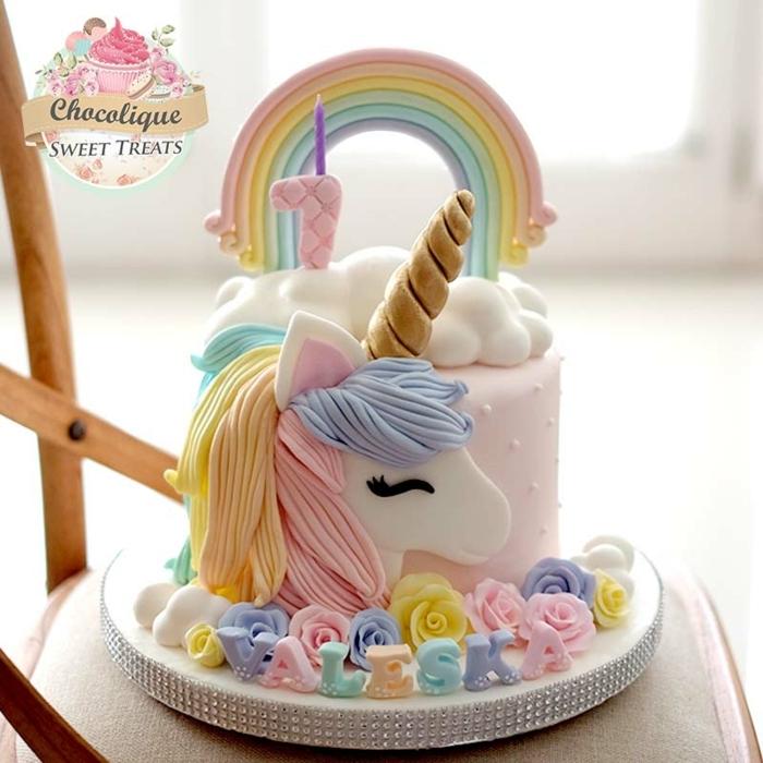 tarta unicornio con grande unicornio de azucar en colores pastel, ideas para tarta de cumpleaños en hermosas imagenes
