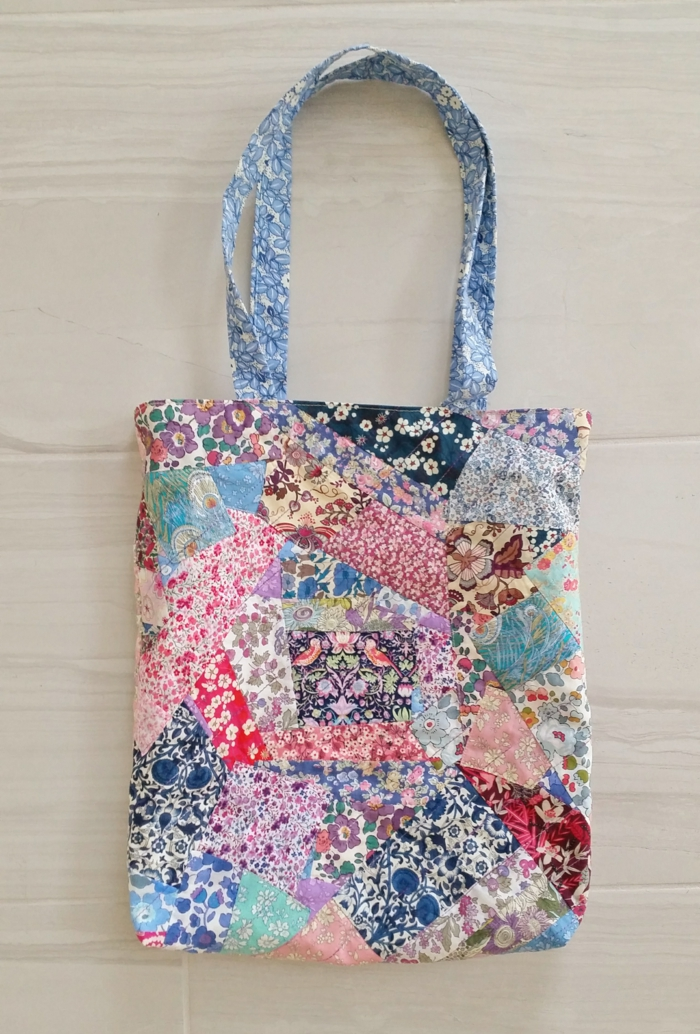 trozos de tela estampada con flores, bolso super bonito con residuos de tela, ideas de manualidades de tela originales