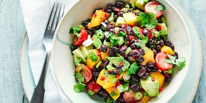 ensalada nutritiva con judías negros, aguacate, hierbabuena, tomates cherry y mango, fotos de ensaladas ligeras
