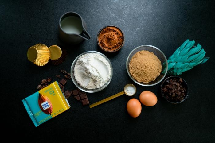 ingredientes caseros faciles y rapidos, harina , huevos, azucar de caña, cacao, chocolate negro, ideas de recetas caseras