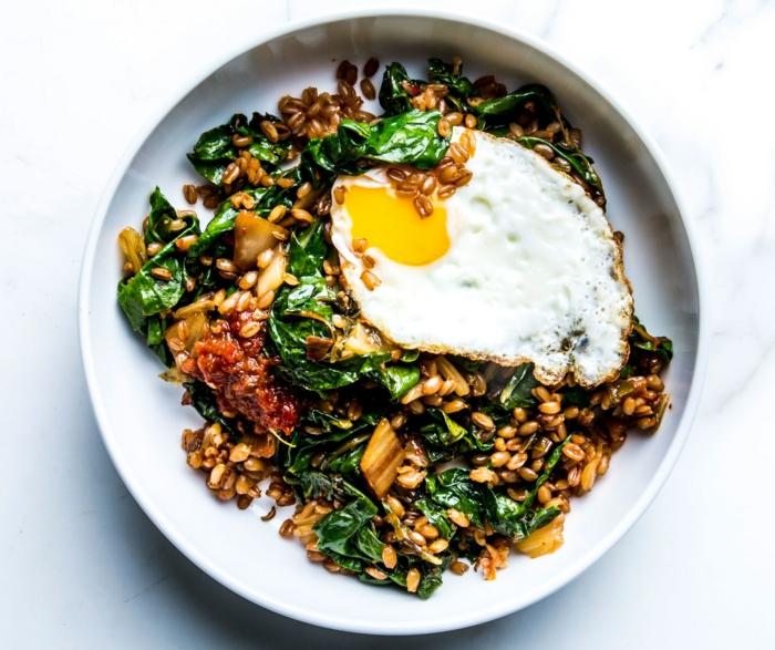 ensaladas ricas y fáciles de hacer en casa, trigo con espinacas y huevo estrellado, fotos de comidas fáciles y sanas