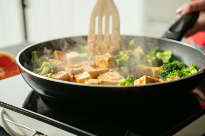 cocinar tofu con vegetales en una sartén, ideas de recetas saludables y fáciles de hacer en casa, tofu con verduras y vegetales
