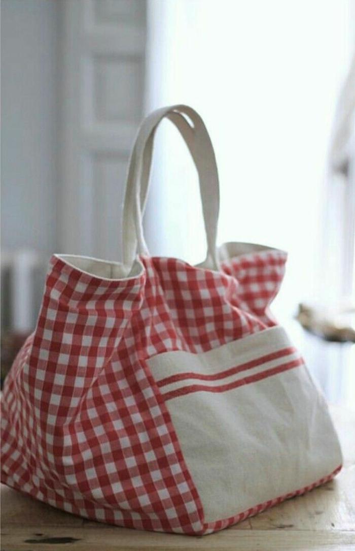 grande bolsa tipo tote en beige y rosado con estampado de cuadros, fantasticas ideas de bolsos DIY originales