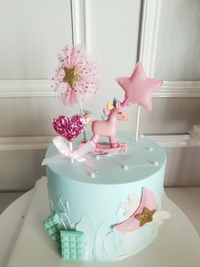 sabrosa tarta con chocolate blanco en color azul, decoraciones en color rosado, ideas de tarta de galletas y chocolate