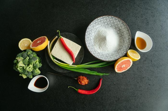 salsa de soja, brocoli, limon,queso tofu, pimiento rojo, cebolla verde, limon, ideas de recetas veganas fáciles y nutritivas