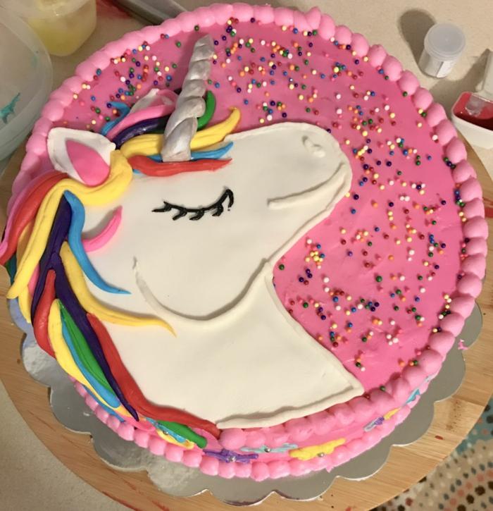 tarta unicornio bonita con glaseado color rosado y bolas de azucar coloridas, tarta de galletas y chocolate en imagenes