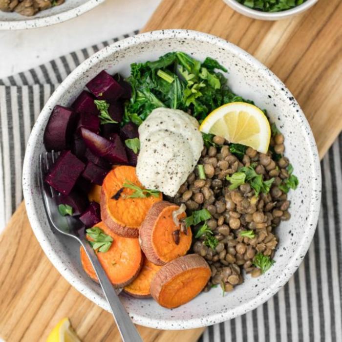 ideas de recetas con batatas, bol saludable con remolacha, batatas cocidas, lentejas y verduras, recetas de cocina faciles y sanas