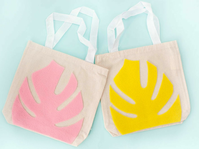 bolsos de tela simples reutilizables decorados con trozos de fieltro en diferentes colores, ideas sobre manualidades para regalar