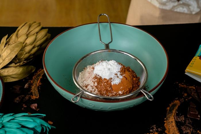 mezclar los ingredientes secos, fotos con ideas de postres caseros, ideas de recetas caseras faciles y rapidas, como hacer magdalenas de chocolate