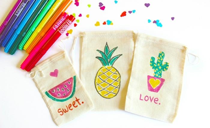 tres bolsos de tela coloridos y super fáciles de hacer con marcadores en colores, fantasticas ideas sobre como hacer bolsas DIY