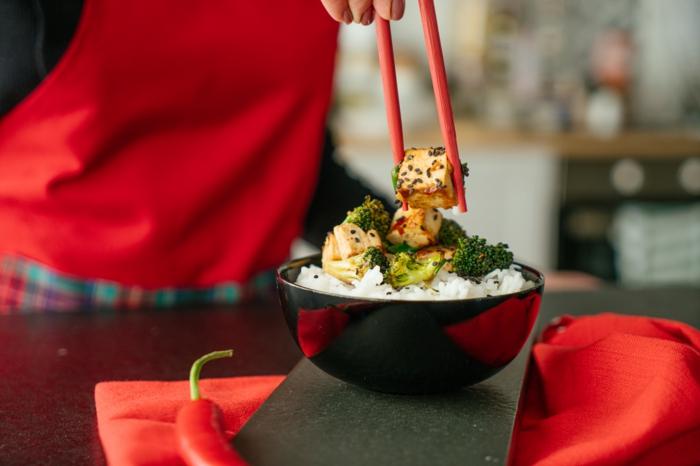 bol con arroz y tofu, brocoli, las mejores recetas para preparar en casa paso a paso, recetas de platos para llevar a la oficina