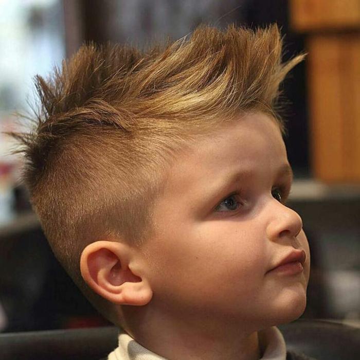 cabello texturizado, corte de pelo con pelo muy corto en los costados y grande flequillo peinado hacia arriba