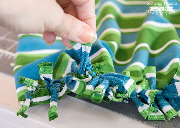 excelentes ideas de manualidades para adultos, bolso DIY de camisa reciclada con borlas, ideas de proyectos DIY