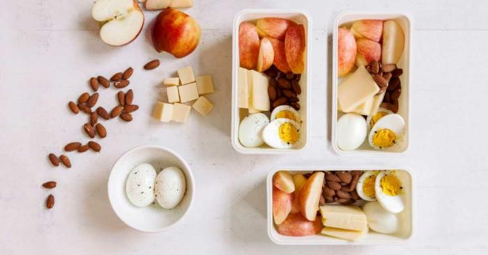 ideas de meriendas saludables para llevar en la oficina, huevos duros con manzanas, queso amarillo y almendras