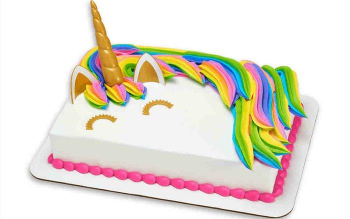 tarta unicornio con glaseado blanco, tartas y pasteles decorados de manera original, tarta de galletas y chocolate
